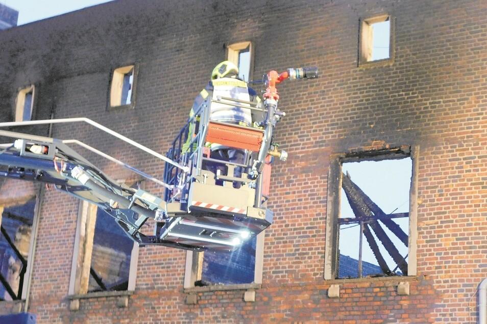 Die Feuerwehren versuchten auch, von Drehletern aus zu löschen, hatten aber letztlich keine Chance, das Einstürzen der Dächer zu verhindern.