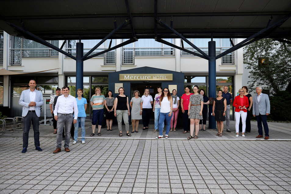 Gruppenbild mit Bürgermeistern: die Teilnehmer der Tourismuskonferenz vor dem Riesaer Hotel Mercure.