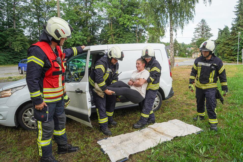 Nachdem festgestellt wurde, dass das vermeintliche Unfallopfer ansprechbar ist, wurde die junge Frau von den Kameraden geübt aus ihrem Auto befreit.