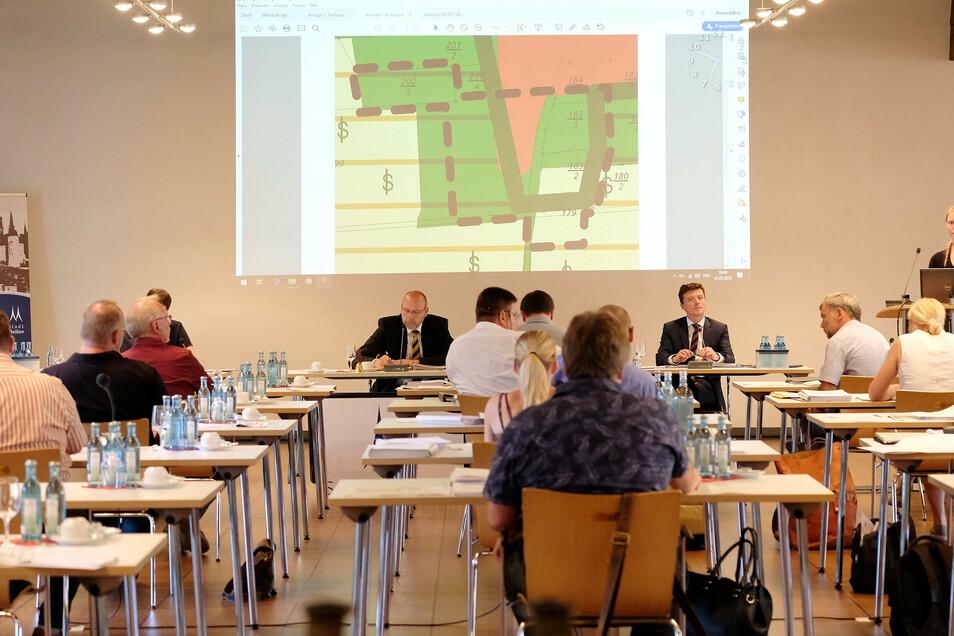 Die Meißner Stadträte – hier eine Aufnahme von der Sitzung am 1. Juli – kommen am Dienstag erneut zu einer Sitzung im historischen Rathaus zusammen.
