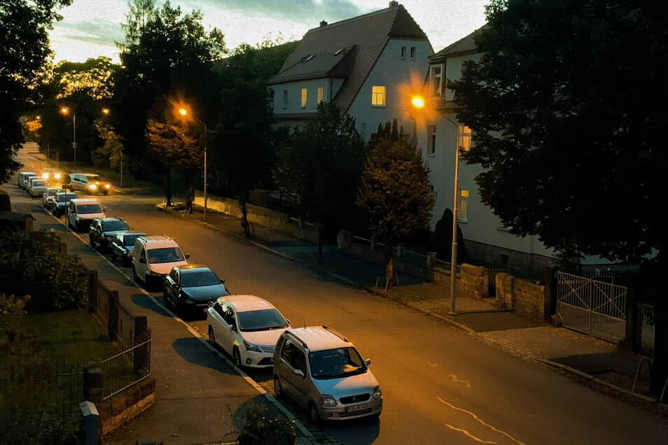 Straßenlampen an der Schillerstraße in Copitz: Vorerst bleiben die Laternen nachts an.