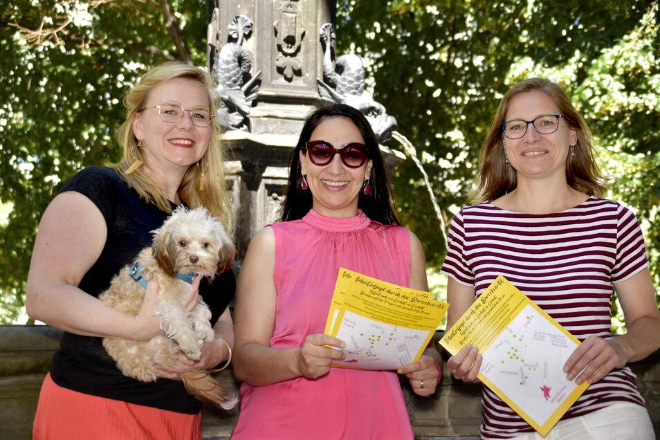 Sandra Coym mit Hundedame Baffy, Margret Schneider-Lange und Anja Gena (v.l.) freuen sich darauf, dass in ihrem Dresdner Barockviertel endlich wieder Leben einzieht.
