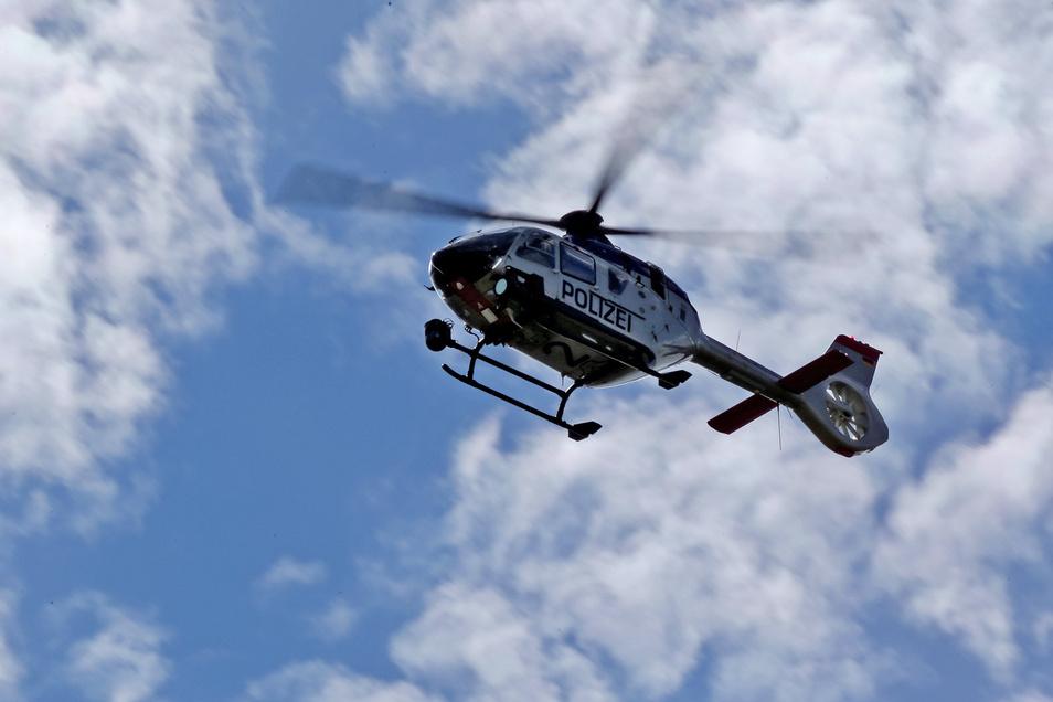 Ein Polizeihubschrauber kreiste am Mittwoch über der A 4 bei Weißenberg. Dort wurden 18 Flüchtlinge und drei Schleuser aufgegriffen. Jetzt bittet die Polizei um Zeugenhinweise.