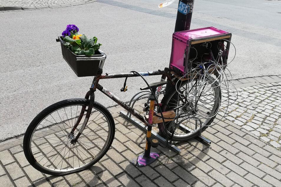 Frau Rosa RepaRad steht auf der Berliner Straße 28 mit Werkzeug zur Selbsthilfe.