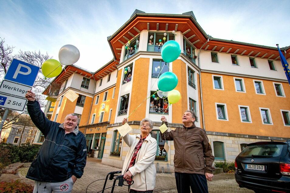 Die Bewohner der Alloheim-Seniorenresidenz am Eichberg in Waldheim am Silvestervormittag Ballons mit guten Wünschen fürs neue Jahr steigen.