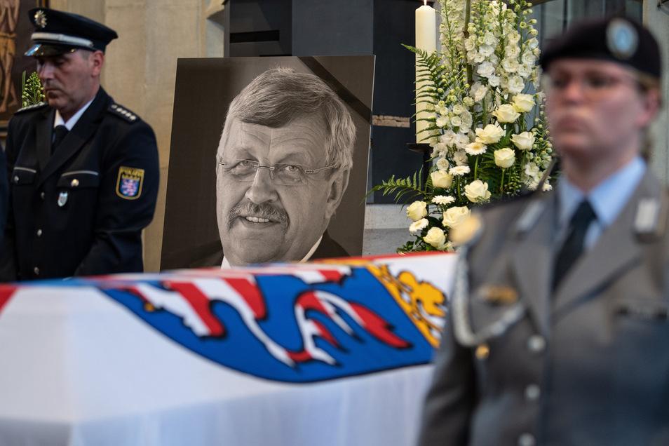 Ein Foto von Walter Lübcke (CDU) am Sarg beim Trauergottesdienst in der Martinskirche in Kassel.