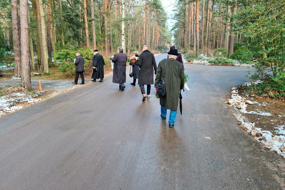 Im engsten Familienkreis wird die Urne von Gisela D. zu ihrer letzten Ruhestätte auf dem Heidefriedhof in Dresden begleitet.
