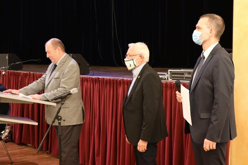 Kreisrat Uli Keil, Preisträger Hans-Joachim Heuert und Landrat Ralf Hänsel (v.l.) bei der Verleihung des Ehrenpreises des Landkreises Meißen.