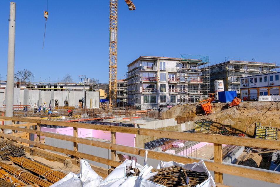 Mehrfamilienhäuser entstehen gerade in Radebeul-Ost auf dem ehemaligen Glasinvest-Areal. Kaufpreis für Wohnungen: rund 5.000 Euro je Quadratmeter.
