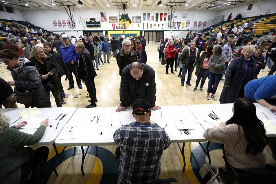 USA, Des Moines: Menschen tragen sich auf einer demokratischen Parteiversammlung in der Hoover High School ein. Iowa machte den Beginn bei den Vorwahlen in den USA, bei denen die Demokraten und Republikaner ihren Präsidentschaftskandidaten festlegen.