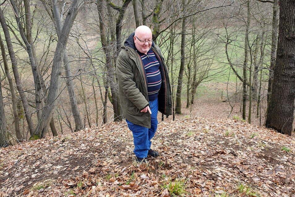Autor Jens Jahn auf der Suche nach Relikten ehemaliger Schanzen. Hier am Ternickel in Freital.