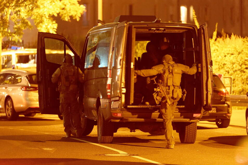 Einsatzkräfte steigen vor einem Düsseldorfer Hotel in ihr Fahrzeug.