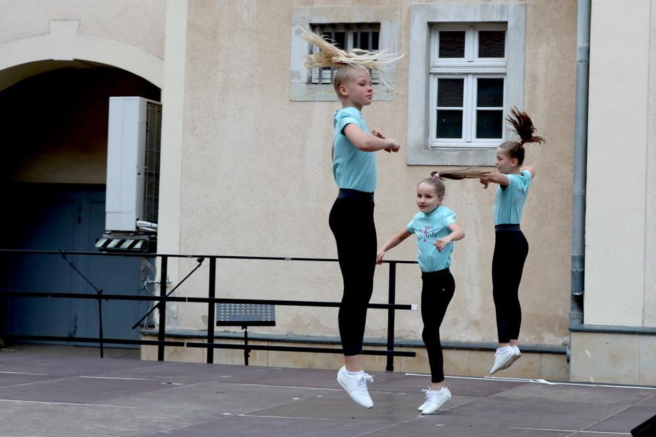 Henriette, Anni und Nancy von den Aerobic-Mädchen des ESV Lokomotive Riesa beim Auftakt der Riesaer Sommerbühne auf dem Rathausplatz.
