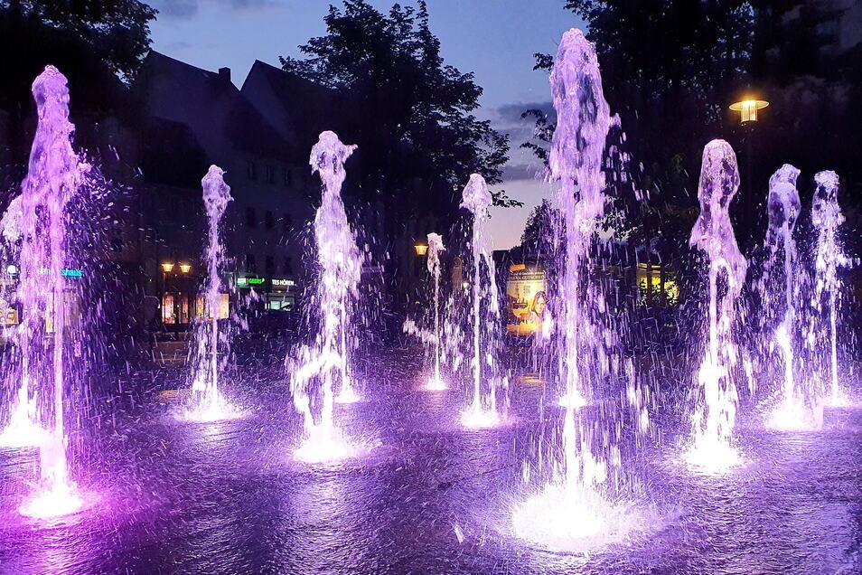Beleuchtete Fontänen am Pirnaer Friedenspark: Die Wasserspiele dürfen jetzt wieder Besuchermagnet sein.