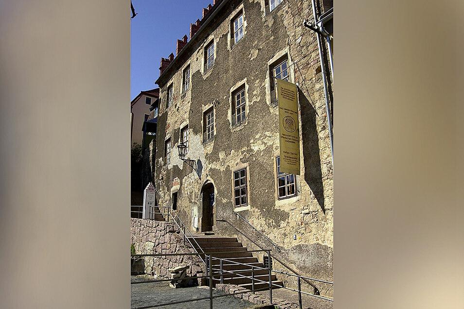 Das Bild zeigt die unsanierte Fassade in den 1990er Jahren.