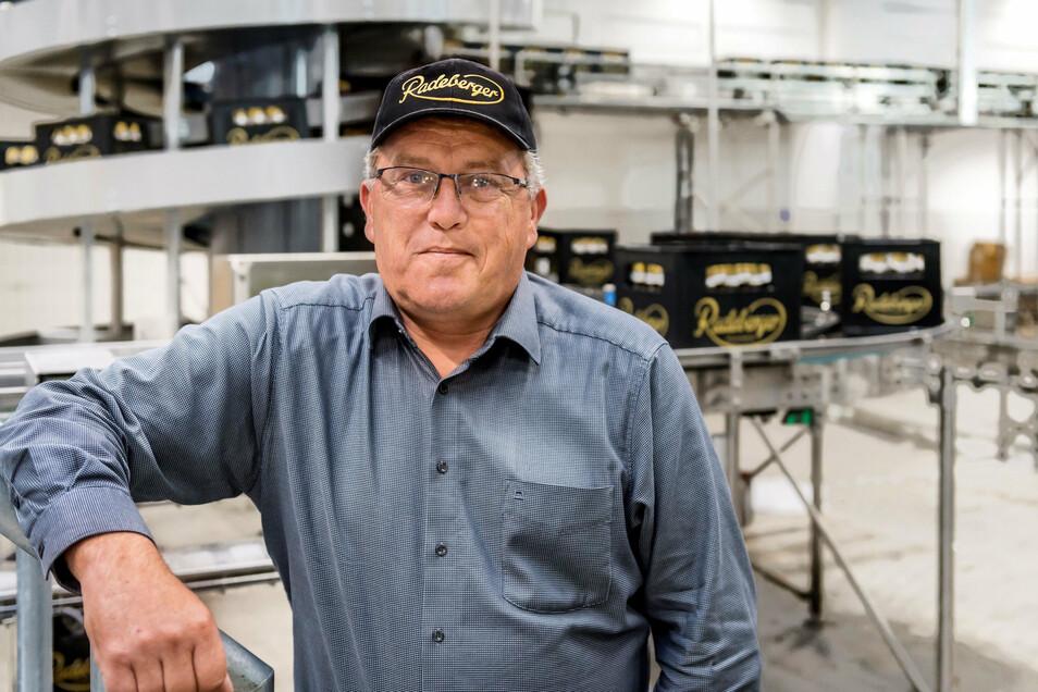 Projektleiter Jörg Hormes vor der neuen Abfüllanlage in der Radeberger Brauerei. Er freut sich, dass sie in so einer kurzen Zeit errichtet werden konnte und dazu noch unter Corona-Bedingungen.