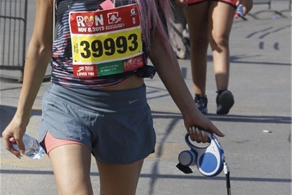 Bunt ist das Feld und manche Läuferin mit Anhang.