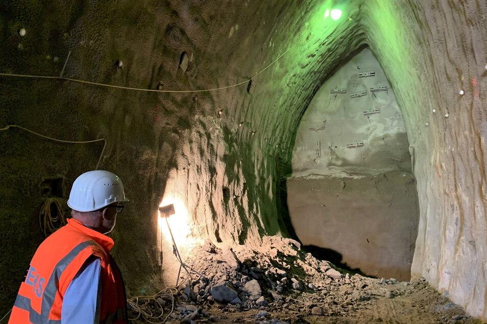 Vorläufiges Ende der linken Tunnelröhre: Nach jedem Schritt muss das ausgebrochene Teilstück mit Spitzbeton und Stahlankern gesichert werden.