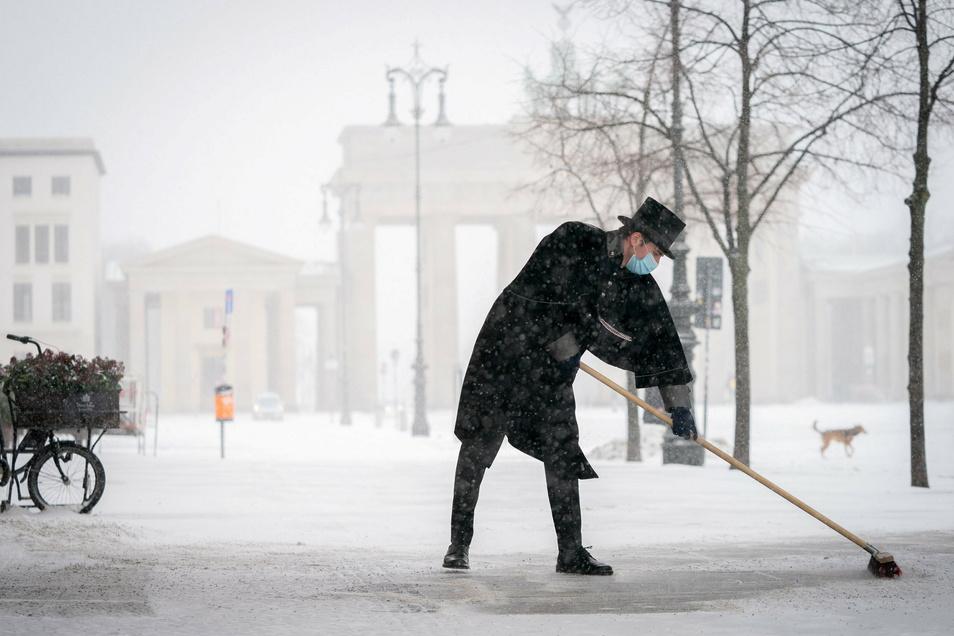 Kehren mit Stil. Wer im Adlon Gäste begrüßen darf, muss auch mal den Gehweg vorm Brandenburger Tor kehren.