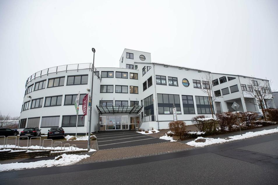 Die Chemnitzer Firma Zeitauktion hat in diesem Bürogebäude in Kesselsdorf eine Werkstatt eröffnet. Hier werden hochwertige Uhren repariert und aufgehübscht.