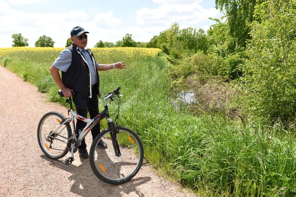 Ingo Stroh (77) aus Waldheim ist viel mit dem Rad unterwegs. Gern würde er von Waldheim bis Rochlitz durchfahren. Doch in Hartha ist Schluss mit der geplanten Strecke. Nach Asphalt folgt dann eine zugewachsene, alte Bahntrasse (Hintergrund).