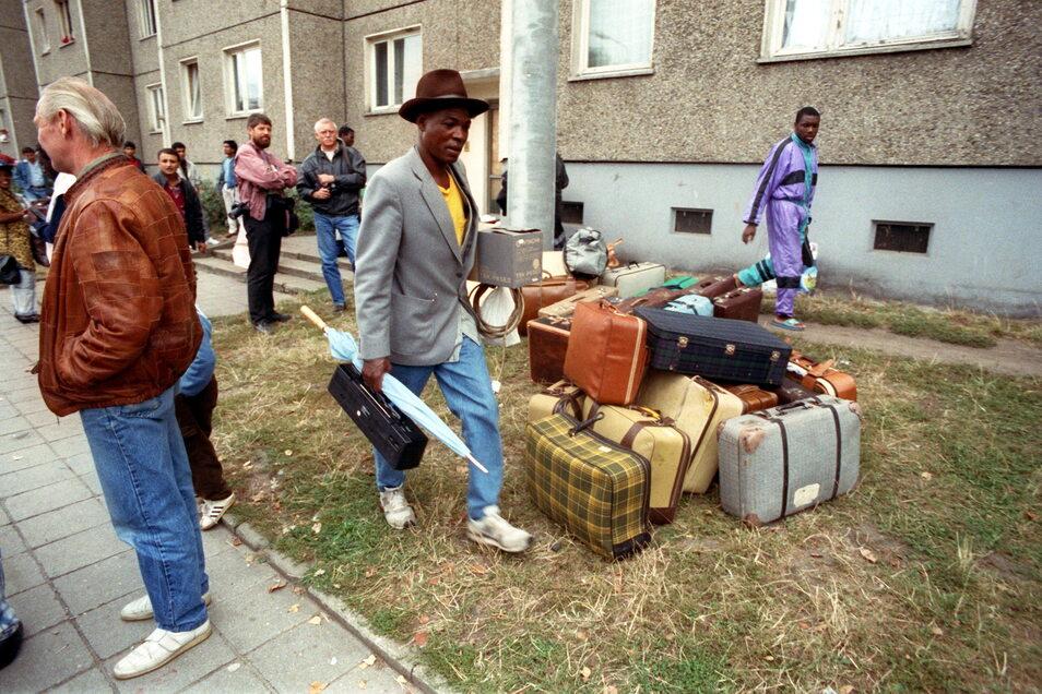 Nach den schweren Ausschreitungen im Herbst 1991 verließen die Bewohner eines von Rechtsradikalen attackierten Asylbewerberheimes in Hoyerswerda mit ihrem Hab und Gut die Stadt.