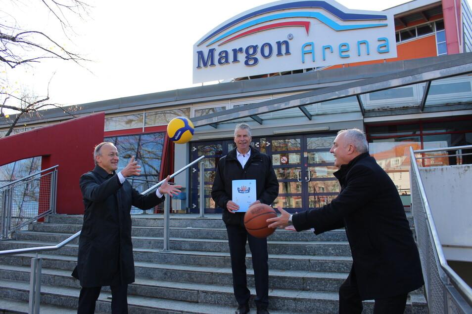 v.l.n.r.: Sportbürgermeister Dr. Peter Lames, der Betriebsleiter des Eigenbetriebes Sportstätten Ralf Gabriel und der Geschäftsführer der Margon Brunnen GmbH Paul K. Korn haben einen Drei-Jahres-Vertrag über die Namensrechte an der Margon Arena unter