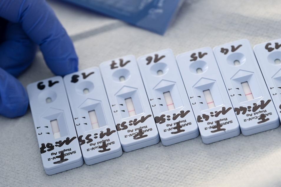 Corona-Schnelltests liegen zur Auswertung in einem Testzentrum in Naumburg.