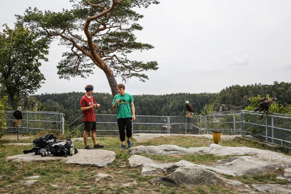 Kai Gilbrich (links) und Ruben Langer bei den Vorbereitungen.