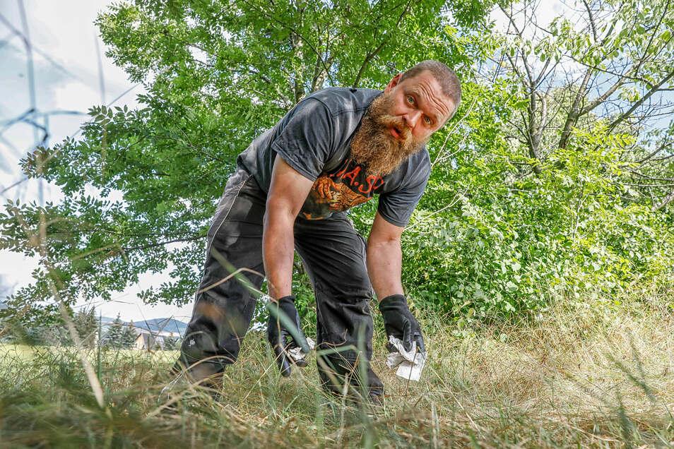 Regelmäßig liest Landwirt Henrik Sell den Müll von seinen Grünflächen am Waltersdorfer Butterberg, den Wanderer nach ihrer Rast hinterlassen.