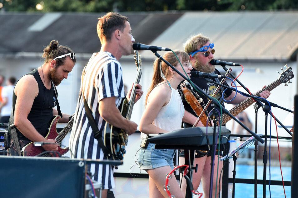 """Die Bands - wie hier """"Mr. Creamy"""" aus Oderwitz - spielten auf einer Bühne mitten im Schwimmbecken."""
