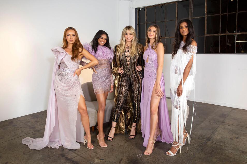 Jeweils zwei Models aus Österreich und Deutschland wollen »Germany's next Topmodel« 2020 werden: Jacky und Lijana treffen auf Maureen und Sarah (v.l.) Model-Mama Heidi Klum (M.) wird von Los Angeles aus zugeschaltet.