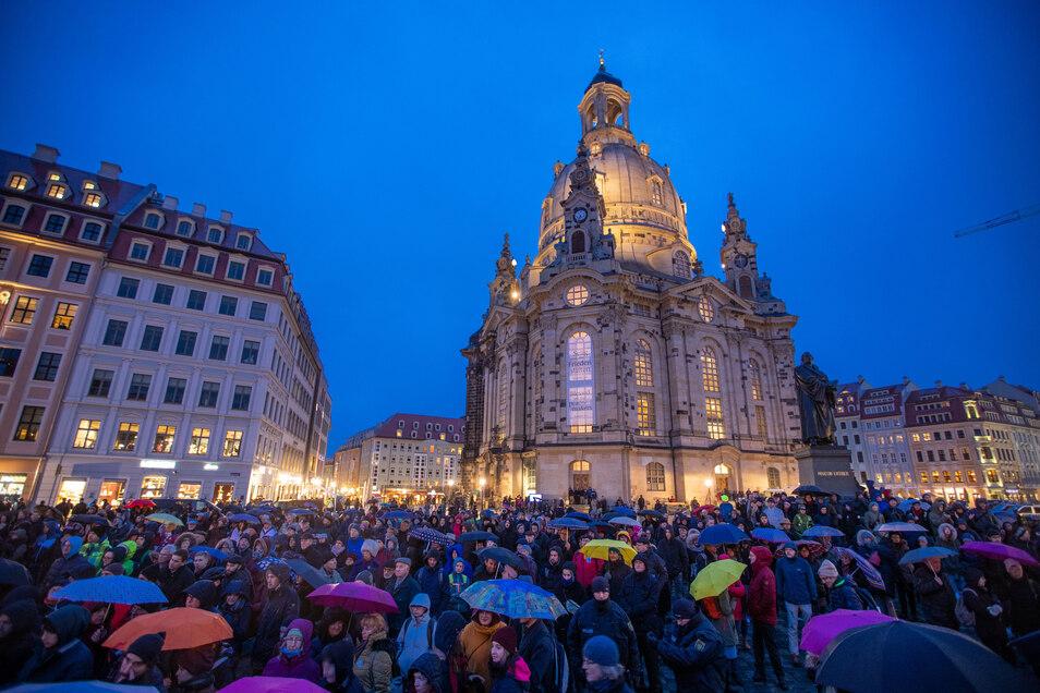 """""""Als Dresdner ist es eine Pflicht"""": Einwohner versammeln sich am Donnerstagabend vor der Frauenkirche zur Auftaktveranstaltung der Menschenkette."""