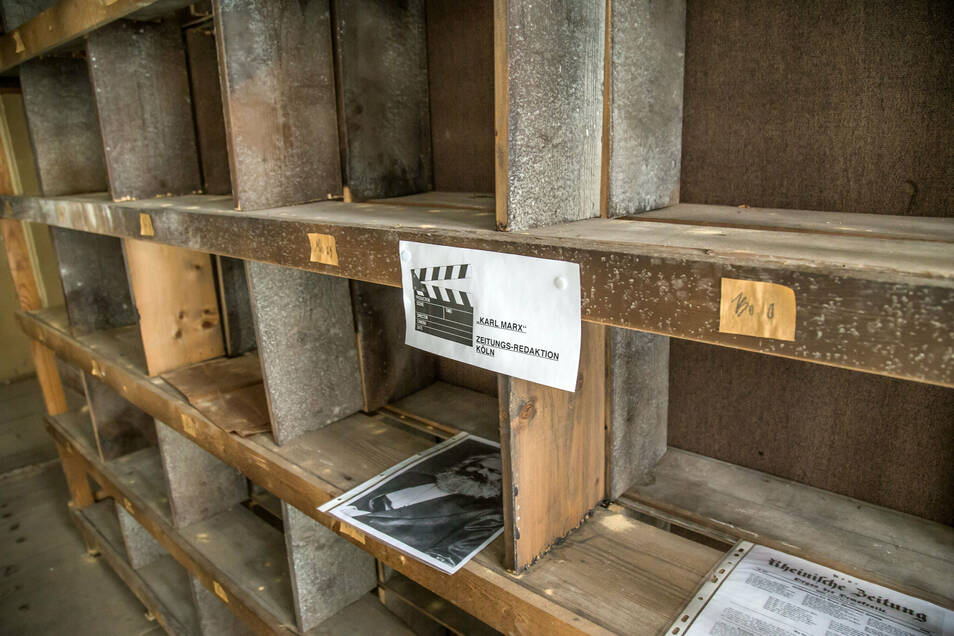 """Das Bücherregal ist Filmkulisse aus dem """"Goethe!""""-Film. So wie hier hat Ronny Förster überall kleine Hinweisschilder angebracht."""