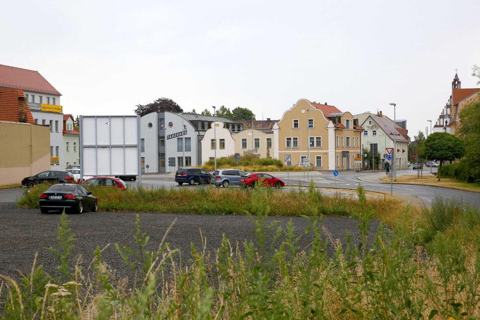 Die beiden Parkflächen am Bönisch-Kreisverkehr in Kamenz harren weiterhin einer Überplanung. Alle Versuche, das Filetstück zu vermarkten, sind bisher ins Leere gelaufen.