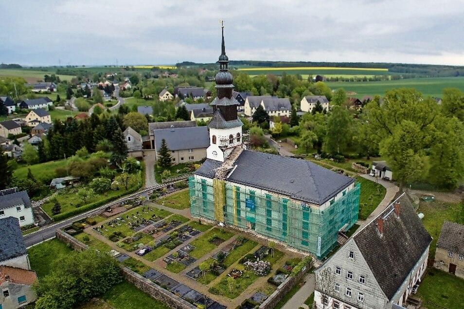 Die Kirche in Grünlichtenberg erhält für rund 290 000 Euro einen neuen Außenputz und teilweise neue Fenster. Bis Ende Oktober sollen die Sanierungsarbeiten abgeschlossen sein.