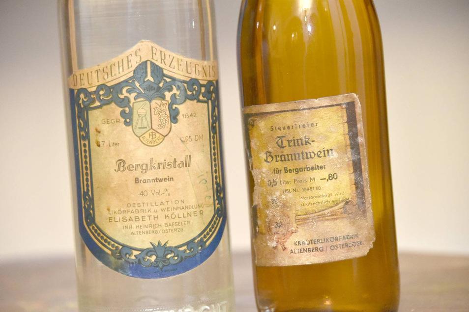 Historische Branntweine aus dem Firmenfundus. Den Bergarbeiterschnaps (r.) lieferte die Altenberger Fabrik zum Beispiel an die Wismut in Leupoldishain und Freital.