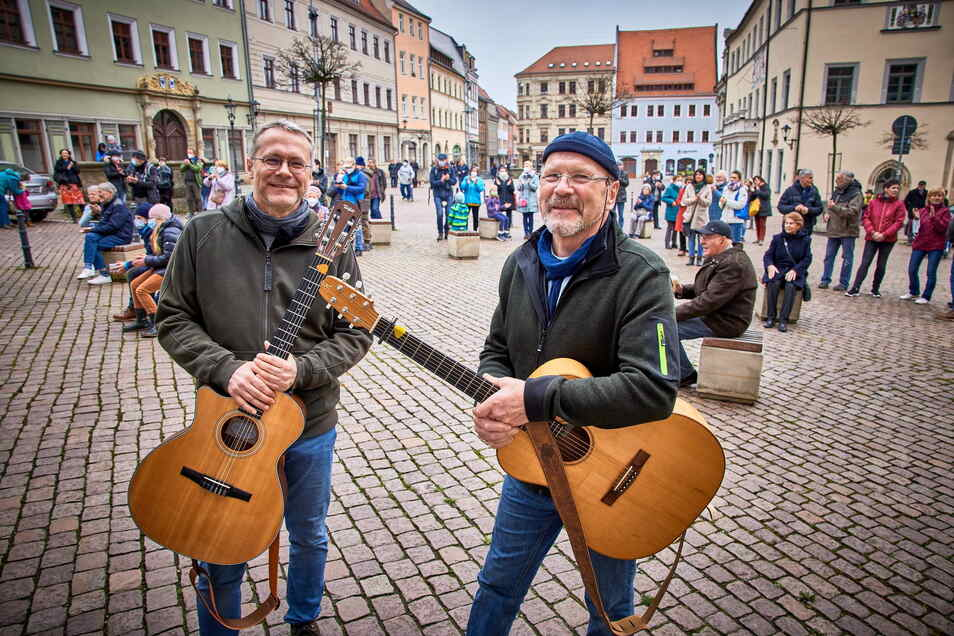 """Peter Lippert (r.) hofft, am Sonnabend wieder auf dem Markt spielen zu können. Kai-Uwe Jahn war beim """"Konzert mit Folgen"""" am 10. April dabei."""