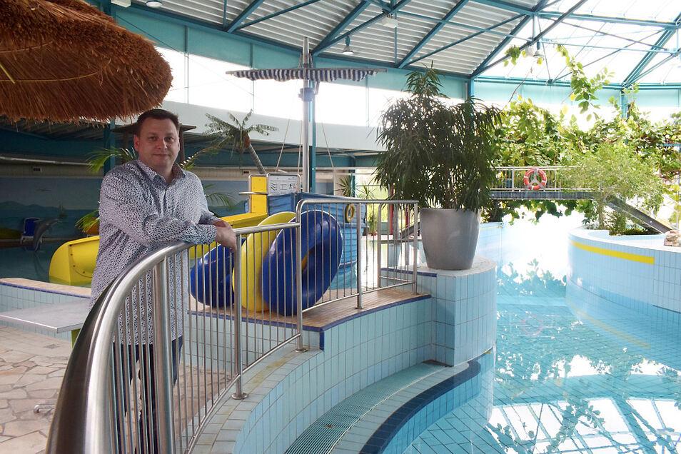 Das Wasser in den Becken ist kühler als sonst, um Energie zu sparen. Geschäftsführer Matthias Brauer erklärt, dass das Ablassen des Wassers auf Dauer zu Materialschäden hätte führen können.