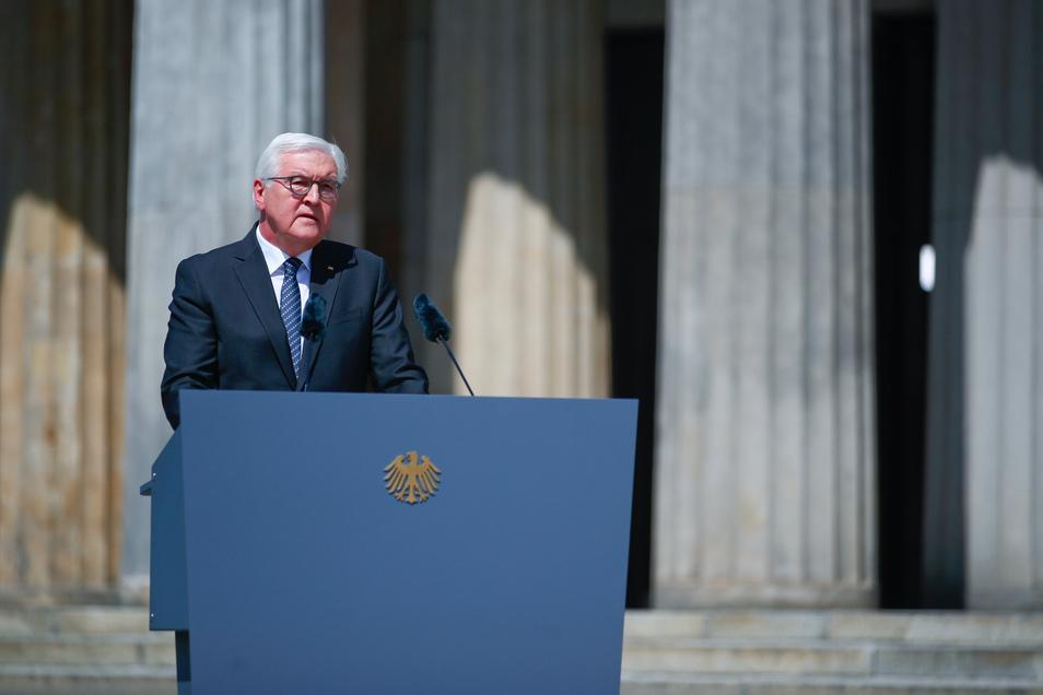 Bundespräsident Frank-Walter Steinmeier hält eine Rede während einer Kranzniederlegung zum 75. Jahrestag des Endes des Zweiten Weltkriegs.