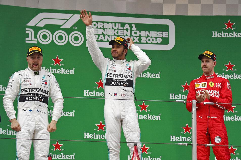 Der Sieger, Mercedes-Pilot Lewis Hamilton aus Großbritannien (M), Zweitplatzierter Mercedes-Pilot Valtteri Bottas aus Finnland (l) und der Drittplatzierte Ferrari-Pilot Sebastian Vettel aus Deutschland auf dem Podium.