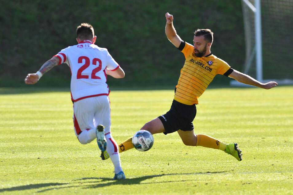 Dynamos tschechischer Neuzugang Josef Husbauer setzt gegen Bukarests Deja Sorescu zur Grätsche an.