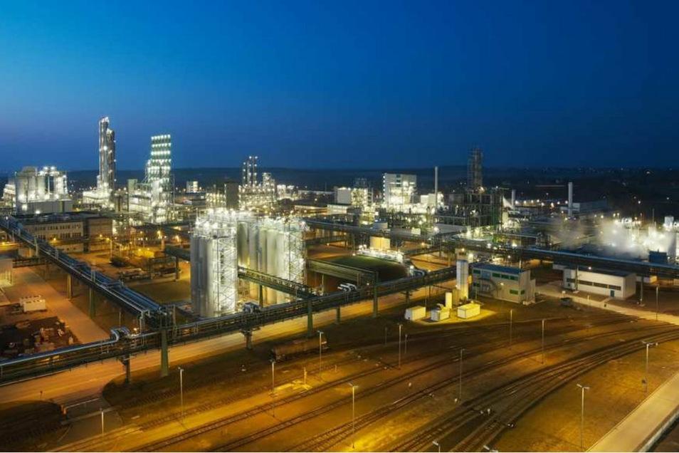 Am Standort Nünchritz produziert Wacker Silicone und Polysilicium. Von 2022 an wird der Chemiekonzern dort auch Hybridpolymere für Kleb- und Dichtstoffe herstellen.