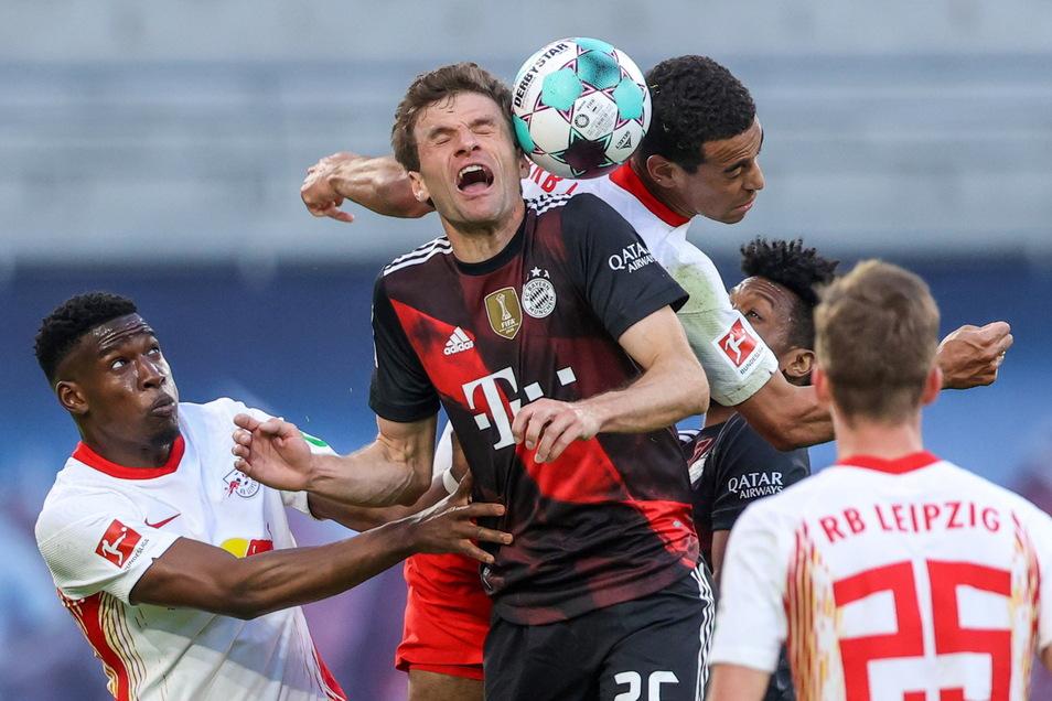 Thomas Müller, hier im Kopfballduell mit Leipzigs Mittelfeldspieler Tyler Adams, bereitete das Tor des Abends vor.