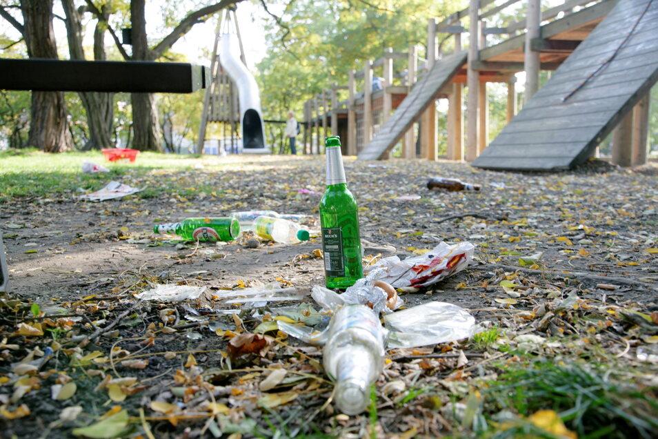 Leere Flaschen und Zigarettenkippen auf den Spielplätzen. Die Waldheimer Stadträte wollen das verhindern und fordern, dass ein Rauch- und Alkoholverbot in die Polizeiverordnung aufgenommen wird.