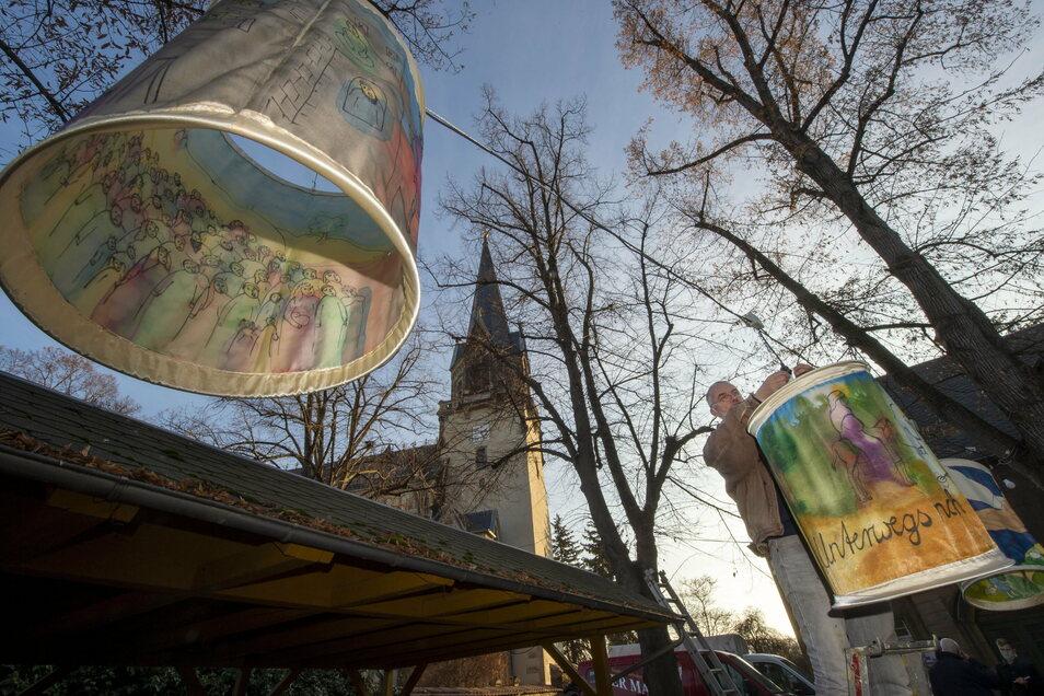 Sieben Laternen mit der christlichen Weihnachtsgeschichte hängen im Pfarrhof der Radebeuler Friedenskirche. Bis in den Januar sollen sie leuchten, so Pfarrerin Annegret Fischer.