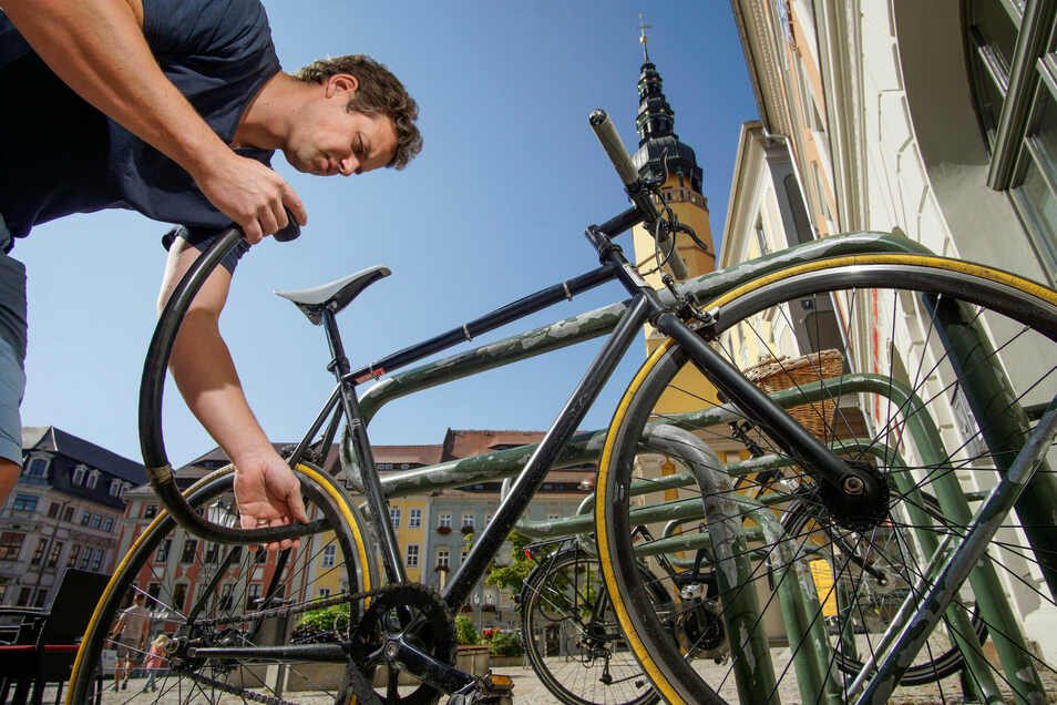 Auf dem Hauptmarkt in Bautzen gibt es Stellplätze, um Fahrräder anzuschließen. Noch sicherer wären abschließbare Fahrrad-Boxen.
