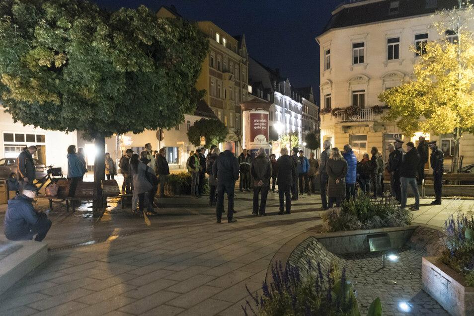 Am Rathausplatz klärte ein Polizeibeamter die Teilnehmer auf, dass es sich bei der geplanten Veranstaltung de facto um eine Versammlung handelt. Jemand, der als Versammlungsleiter fungieren wollte, fand sich aber nicht.