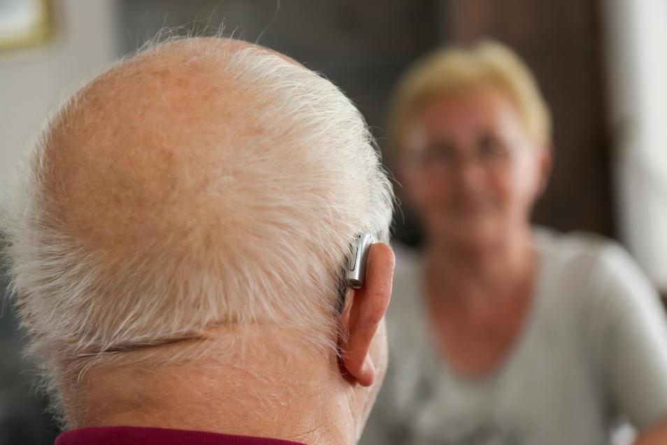 Gegen das altersbedingte Nachlassen der Sinne gibt es unterschiedliche Hilfsmittel wie etwa Hörgeräte.