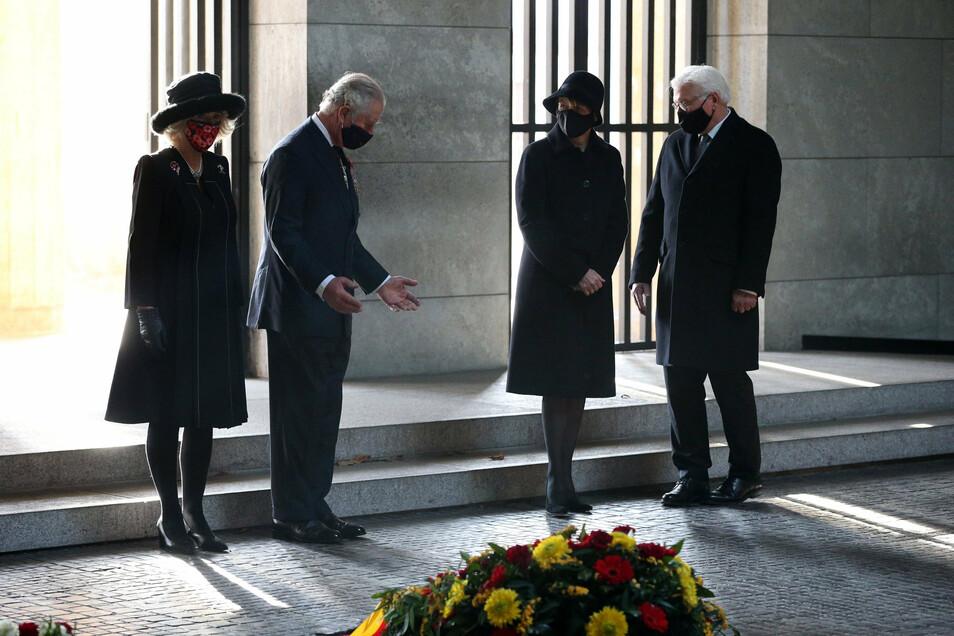 Prinz Charles (2.v.l.), seine Ehefrau Camilla (l), Bundespräsident Frank-Walter Steinmeier und seiner Frau Elke Büdenbender stehen bei einer Kranzniederlegung zum Volkstrauertag in die Neue Wache.
